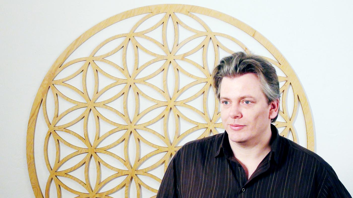 Christoph Kerner vor Lebensblume