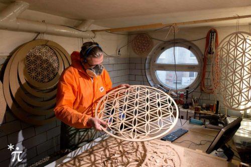 Blume-des-Lebens-Holz-Werkstatt-mit-rundem-Fenster