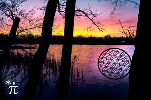 Blume-des-Lebens-aus-Holz-Sonnenuntergang-am-See