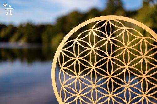Blume-des-Lebens-aus-Holz-am-See