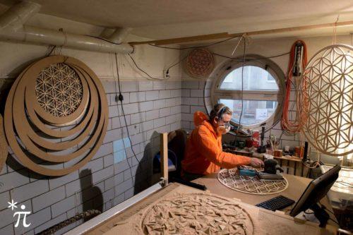 Werkstatt-schleifen-Blume-des-Lebens-aus-Holz